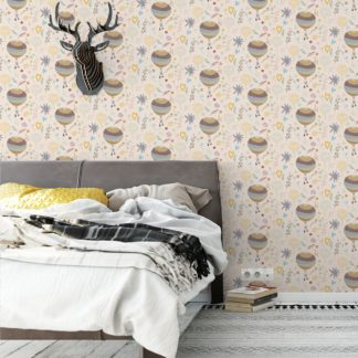"""Wandtapete creme: Luftige, nostalgische Tapete """"Im Traumland"""" mit Heißluftballons in beige lila angepasst an Little Greene Wandfarben- Vliestapete Figuren"""