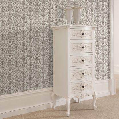 Wandtapete creme: Dezent üppige Tapete mit klassischem Damast Muster auf grau angepasst an Little Greene Wandfarben- Vliestapete Ornamente