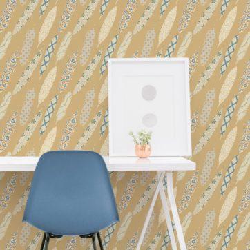 "Gelbe moderne Tapete ""Fancy Feathers"" mit dekorativem Feder Muster angepasst an Farrow and Ball Wandfarben"
