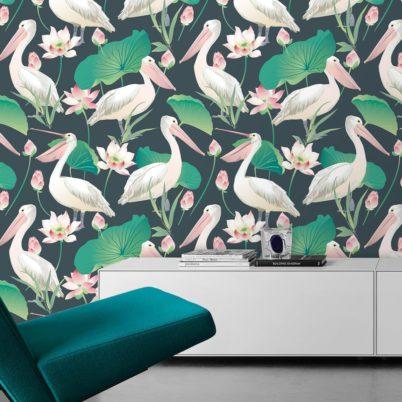 "Blaue Vogel Tapete ""Pelican Pond"" mit Pelikanen und Seerosen angepasst an Farrow and Ball Wandfarben"