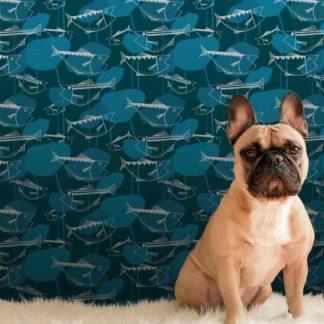 """Wandtapete mittelblau: Retro Fisch Vlies Tapete """"Angler Glück"""" im Stil der 70er in petrol Design Wandgestaltung"""