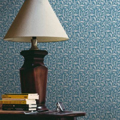"feine florale Tapete ""Victorian Delight"" mit victorianischem Blatt Muster hellblau angepasst an Farrow and Ball Wandfarben"