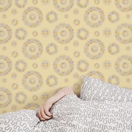 """Grafisch moderne Tapete """"Windrose"""" im nordischen Design in gelb Wandgestaltung"""