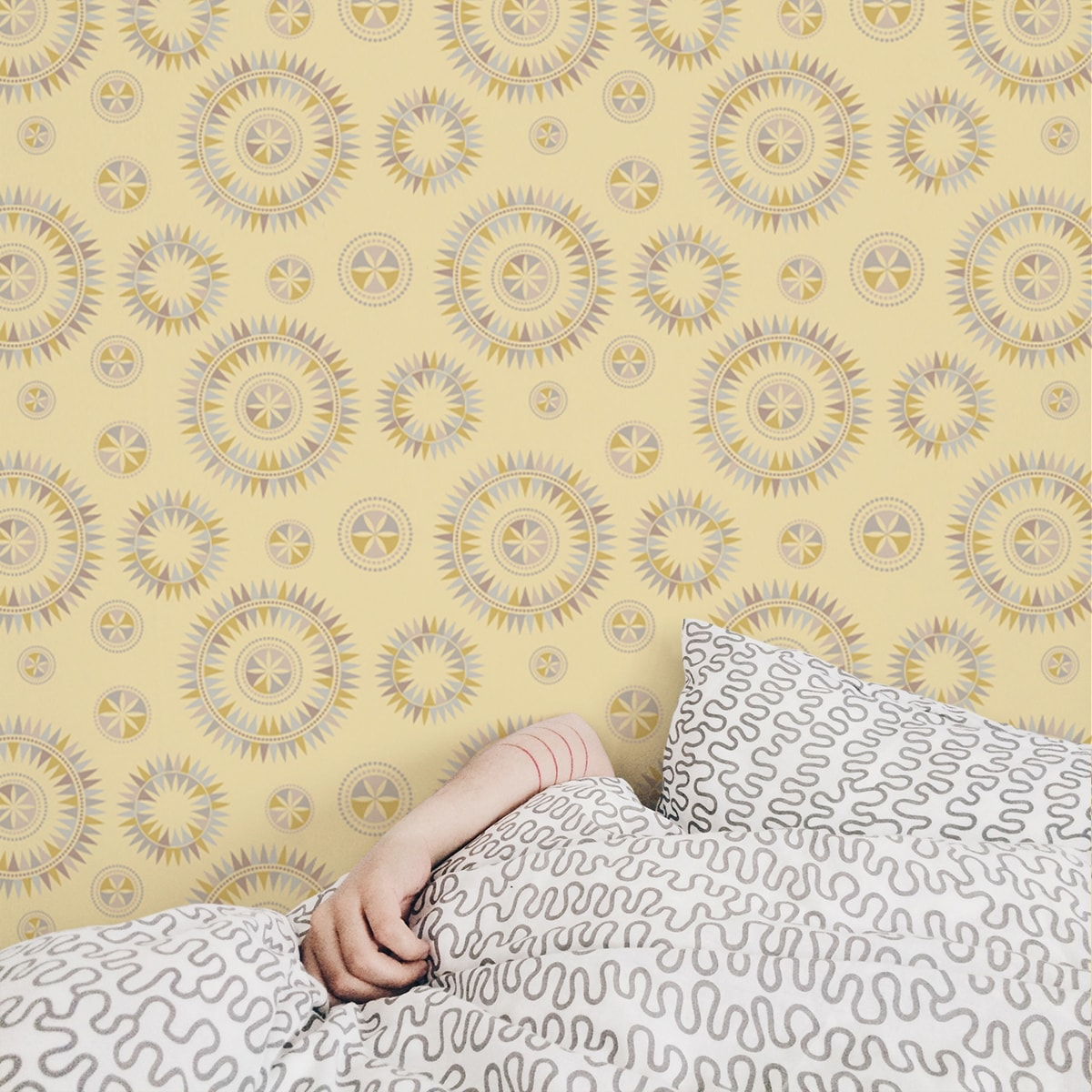 """Wandtapete gelb: Grafisch moderne Tapete """"Windrose"""" im nordischen Design in gelb Wandgestaltung"""