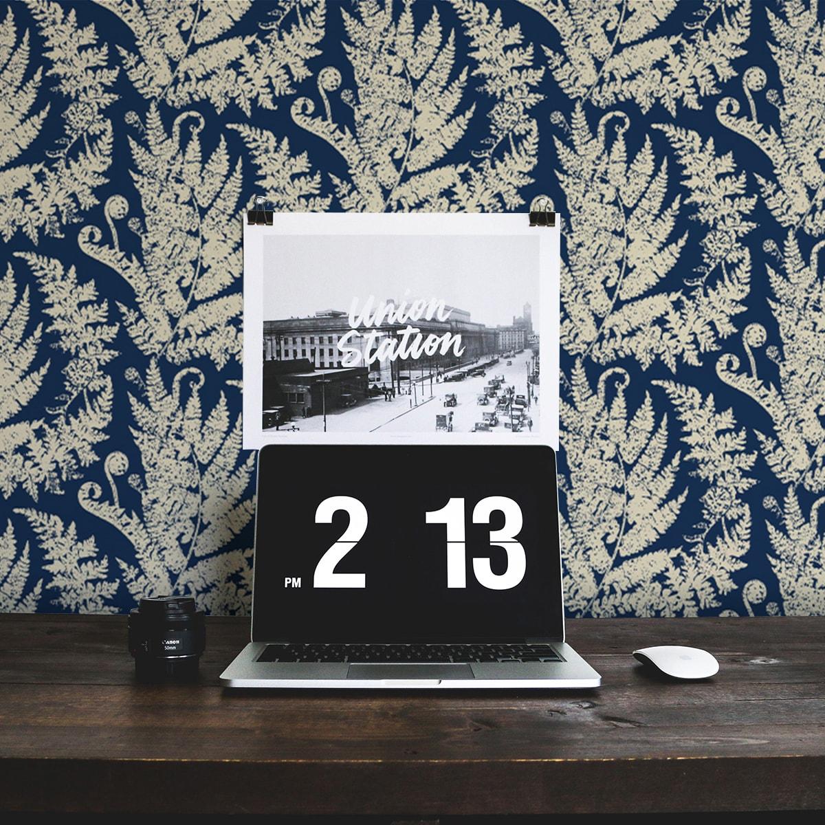 """Wandtapete dunkel blau: Traumhafte florale Tapete """"Heidis Fernerie"""" mit großem Farn Muster in blau"""