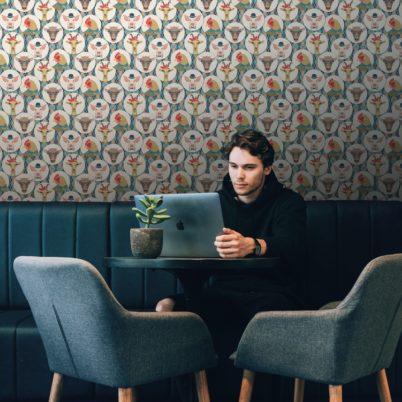 """Lustige moderne Tapete """"Funny Portrait Gallery"""" mit Tieren auf Schotten Karo, Wandgestaltung Kinderzimmer hellblau"""