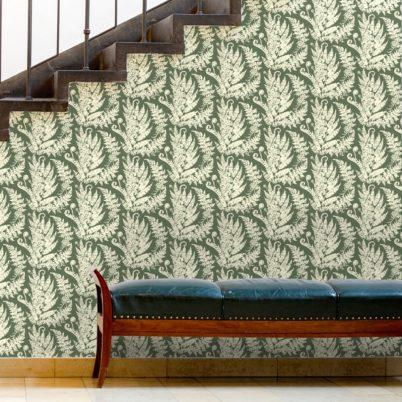"""Heidis Fernerie"" florale Tapete mit großem Farn Muster in grün Vlies Wandgestaltung"