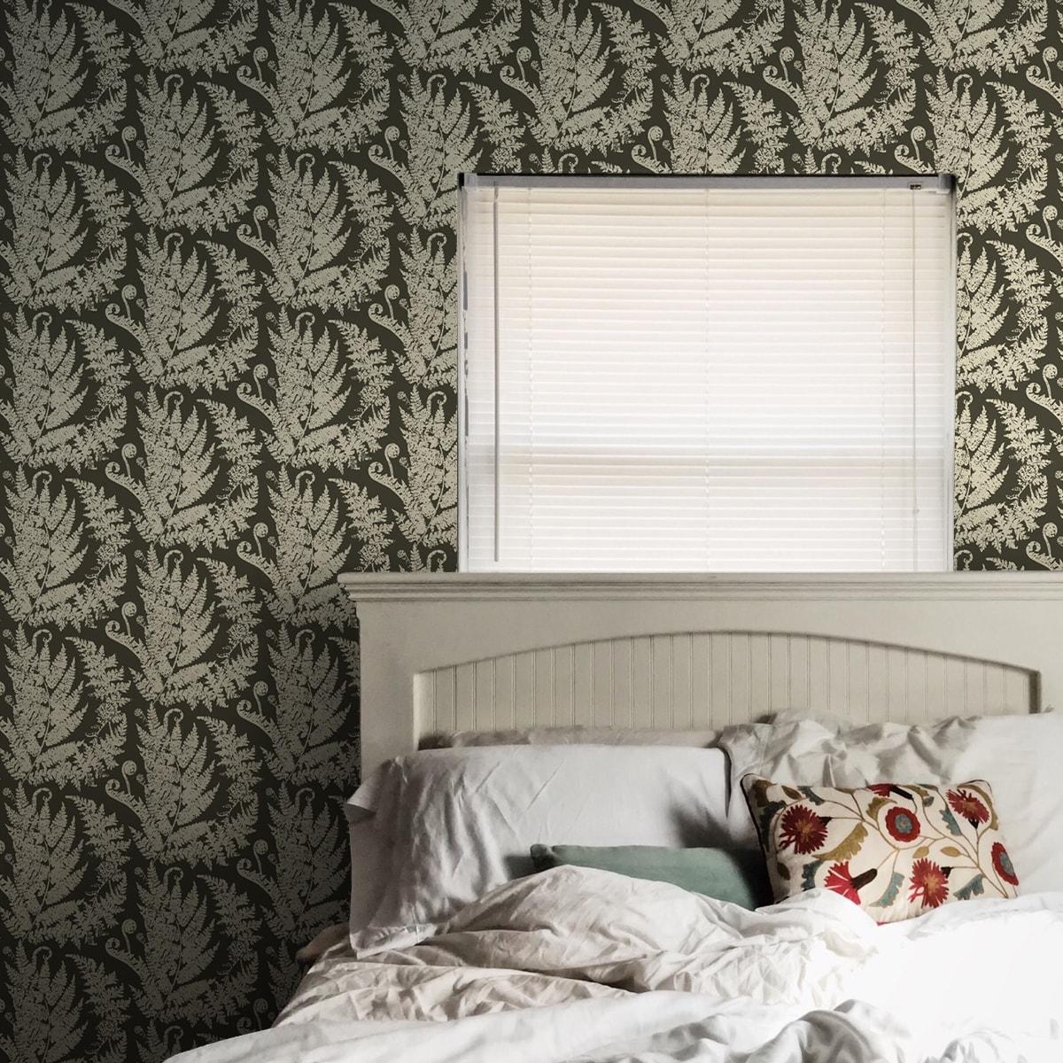 "Wandtapete dunkel grün: Edle florale Tapete ""Heidis Fernerie"" mit großem Farn Muster in braun grün Vliestapete"
