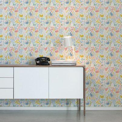 """Design Tapete """"Hoppelgarten"""" mit bunten Land Hühnern, Hasen & Blumen Vliestapete Wandgestaltung"""