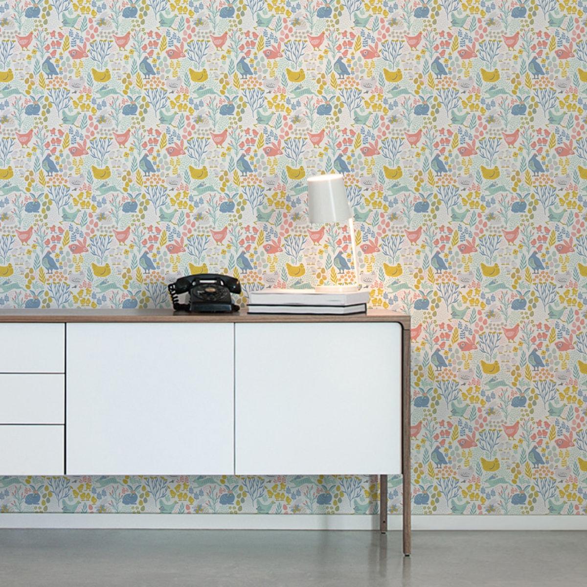 "Wandtapete rosa: Design Tapete ""Hoppelgarten"" mit bunten Land Hühnern, Hasen & Blumen Vliestapete Wandgestaltung"