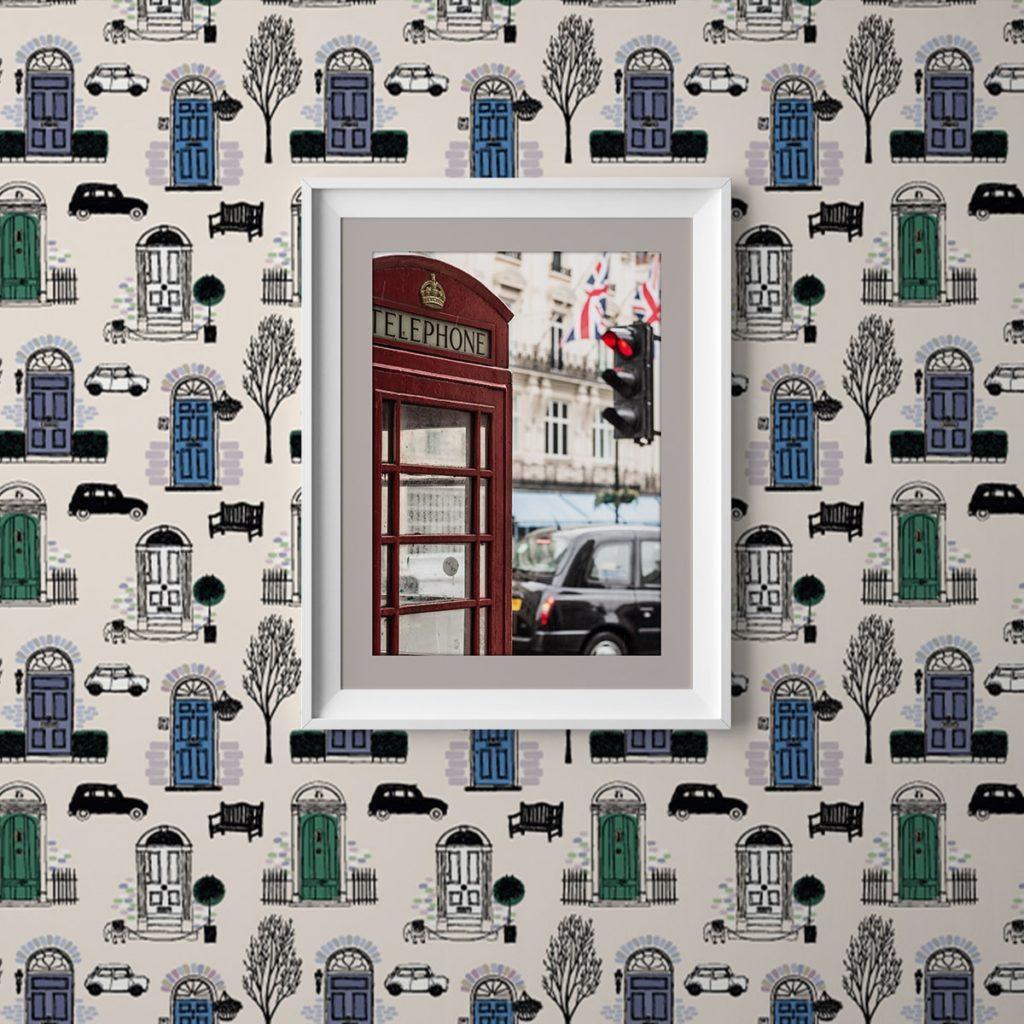 """Fröhliche Tapete """"Belgravia"""" mit Londoner Türen, Mini und Cabs in blau angepasst an Little Greene Wandfarben"""