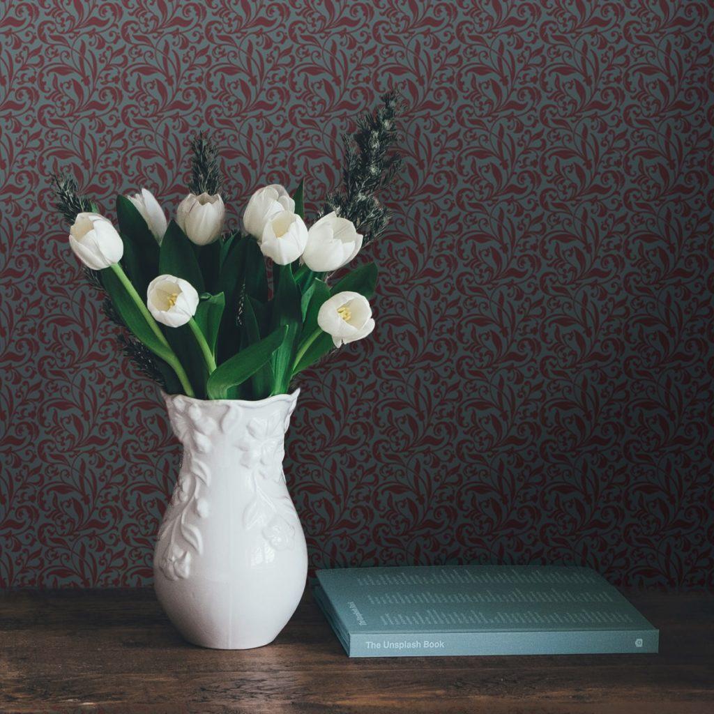 "Rote Tapete ""Victorian Delight"" mit victorianischem Blatt Muster angepasst an Farrow and Ball Wandfarben"