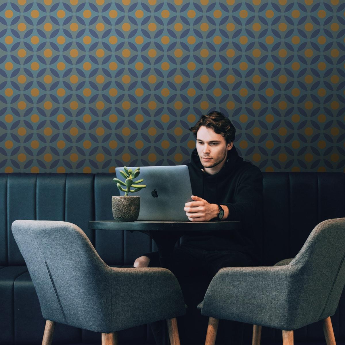 """Küchentapete dunkel blau: Moderne Retro Tapete """"Flower Dots"""" mit großen Punkten in senf orange Wandgestaltung Küche"""