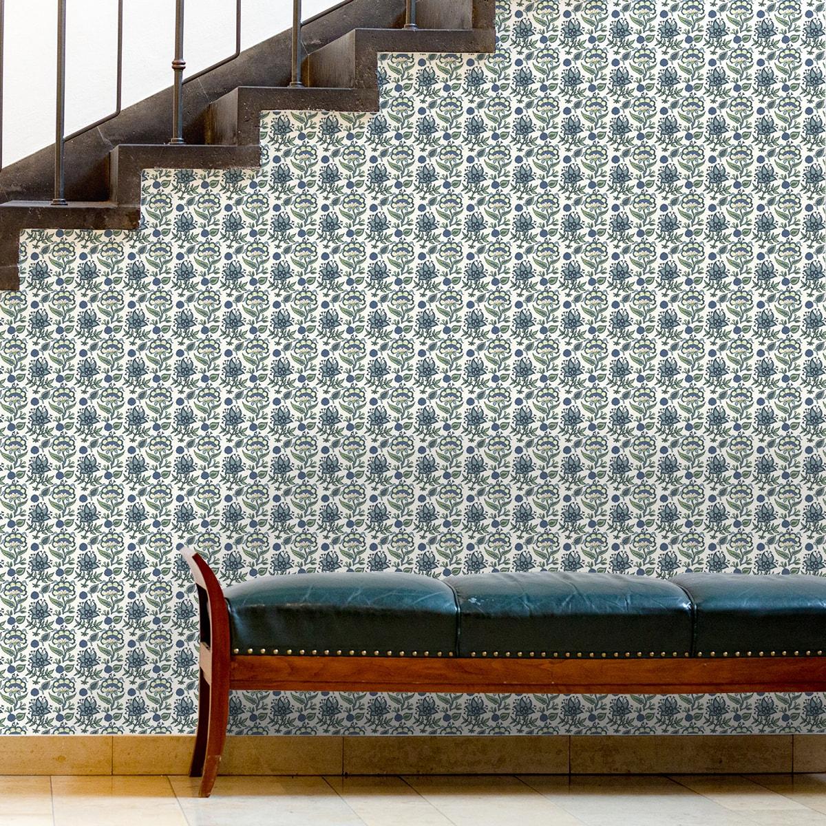 """Schlafzimmer tapezieren in creme: Florale Tapete """"Little India"""" mit folklore Muster in hellblau für Schlafzimmer"""
