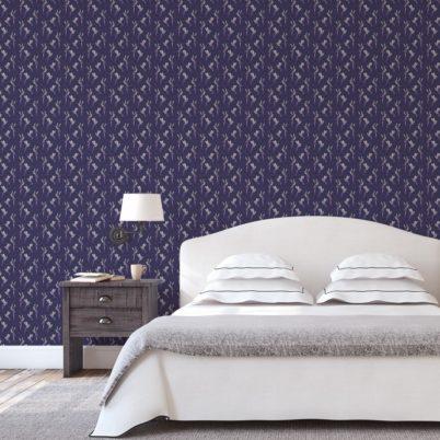 """""""Damast-Elfen"""" Design Tapete mit fliegenden Kolibris auf Damast Muster in lila für Schlafzimmer"""