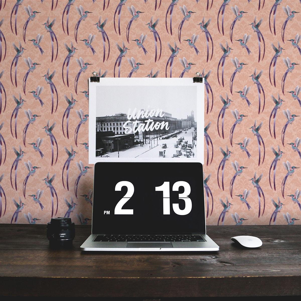 """Tapete Wohnzimmer rosa: Traumhafte """"Damast-Elfen"""" Vliestapete mit Kolibris auf Damast Muster in rosa Wohnzimmer"""