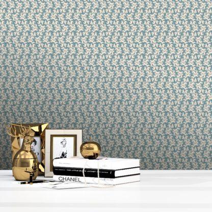 Tapete Wohnzimmer creme: Ornamenttapete Nostalgie Ranken mit Blatt Muster in hellblau - Vlies Tapete Ornamente für Wohnzimmer