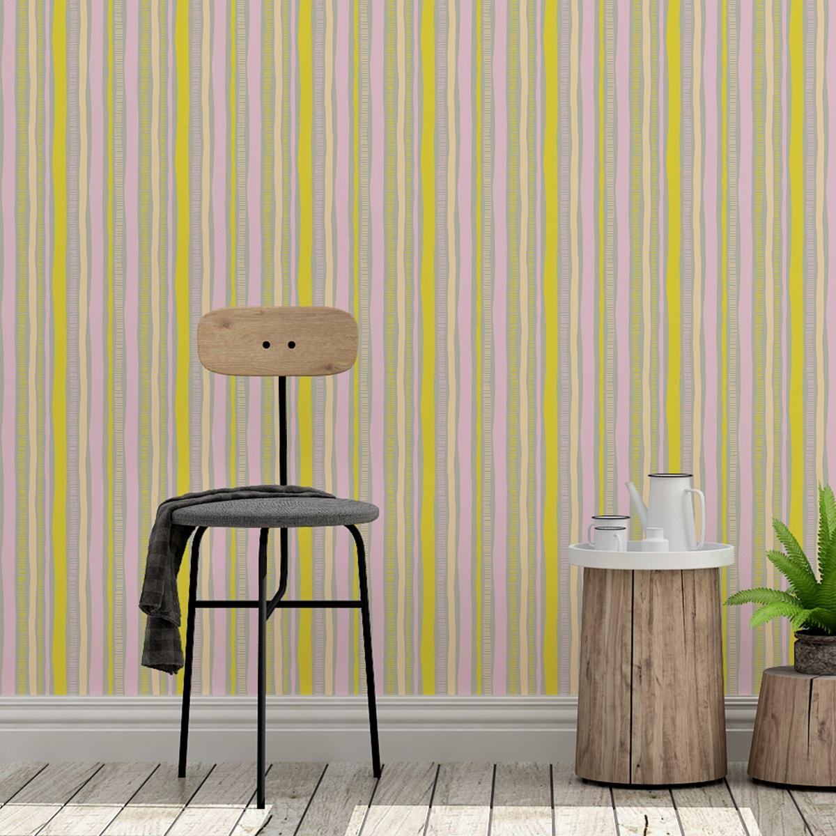 Tapete Wohnzimmer rosa: Streifentapete lockere Streifen grafisch modern in gelb - Streifentapete für Wohnzimmer
