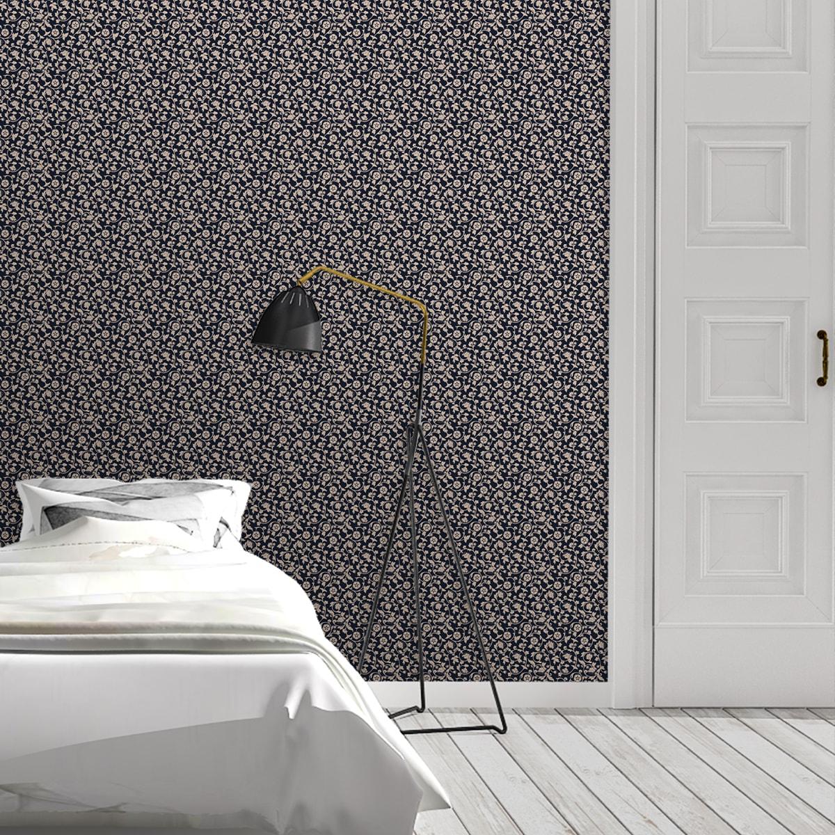 Schlafzimmer tapezieren in creme: Blumen Ornamenttapete Kemenaten Zauber mit Ranken in dunkelblau - Nostalgietapete für Schlafzimmer