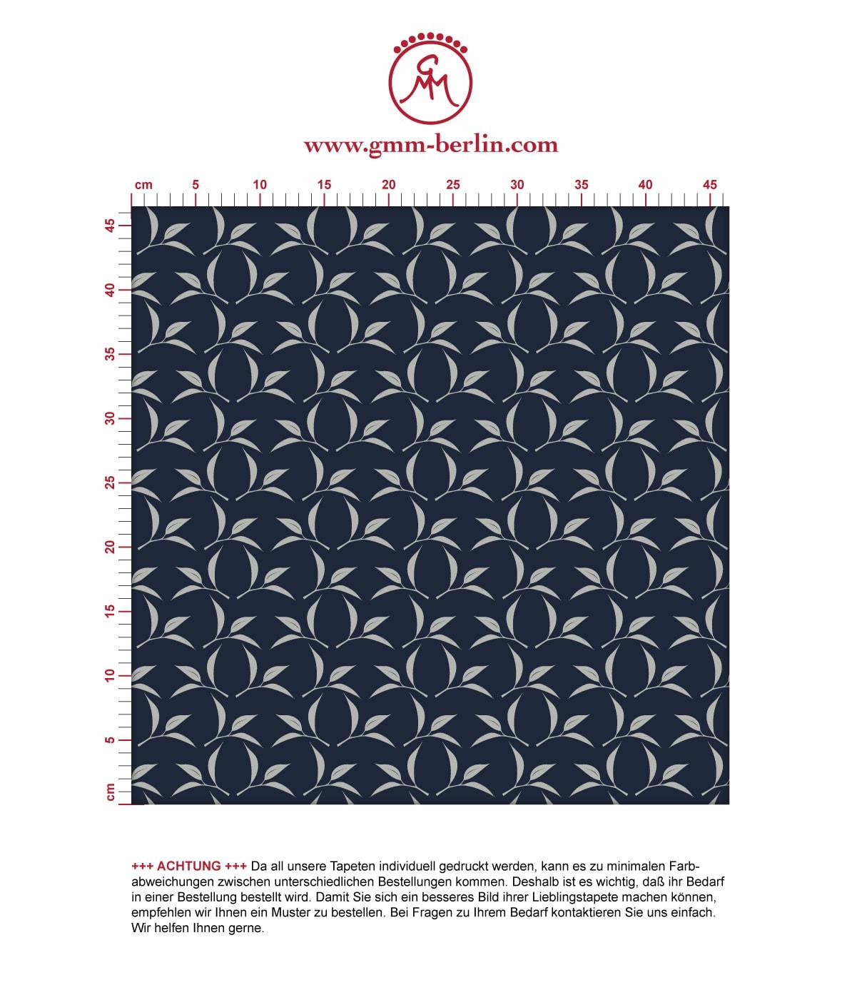 Dunkelblaue Ornamenttapete Tea Time mit Tee Blättern, Design Tapete als Wandgestaltung. Aus dem GMM-BERLIN.com Sortiment: Schöne Tapeten in der Farbe: dunkel blau