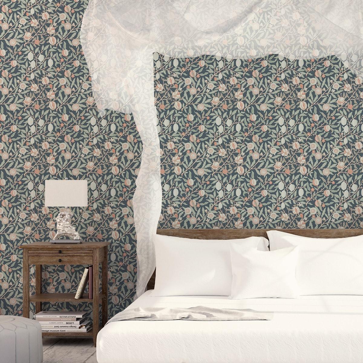 """Jugendstil Tapete """"Granatapfel Baum"""" nach William Morris, grau blaue Vlies Tapete Blumen Natur, elegante Wanddeko für Küche"""