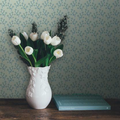 """Schlafzimmer tapezieren in grün: Delikate Tapete """"Kohana"""" mit kleinen Blüten, mint grüne Vlies-Tapete Blumen, zarte, leichte Blumentapete für Schlafzimmer"""