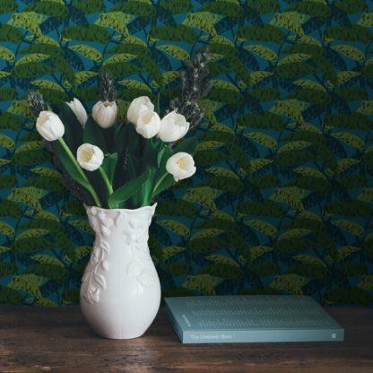 """Schlafzimmer tapezieren in mittelblau: Petrol blaue Tapete """"Wild Bananas"""" mit Blättern, Vlies-Tapete üppige Blumentapete für Schlafzimmer"""