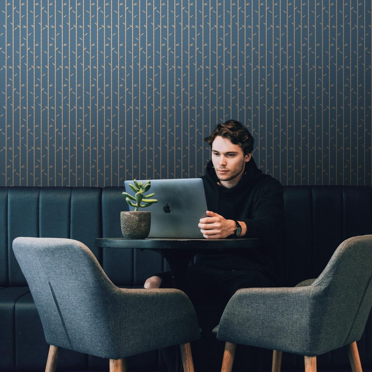 """Tapete für Büroräume mittelblau: Bambus Tapete """"Bamboo Garden"""", blau beige, grafische Blumentapete für Flur, Büro"""