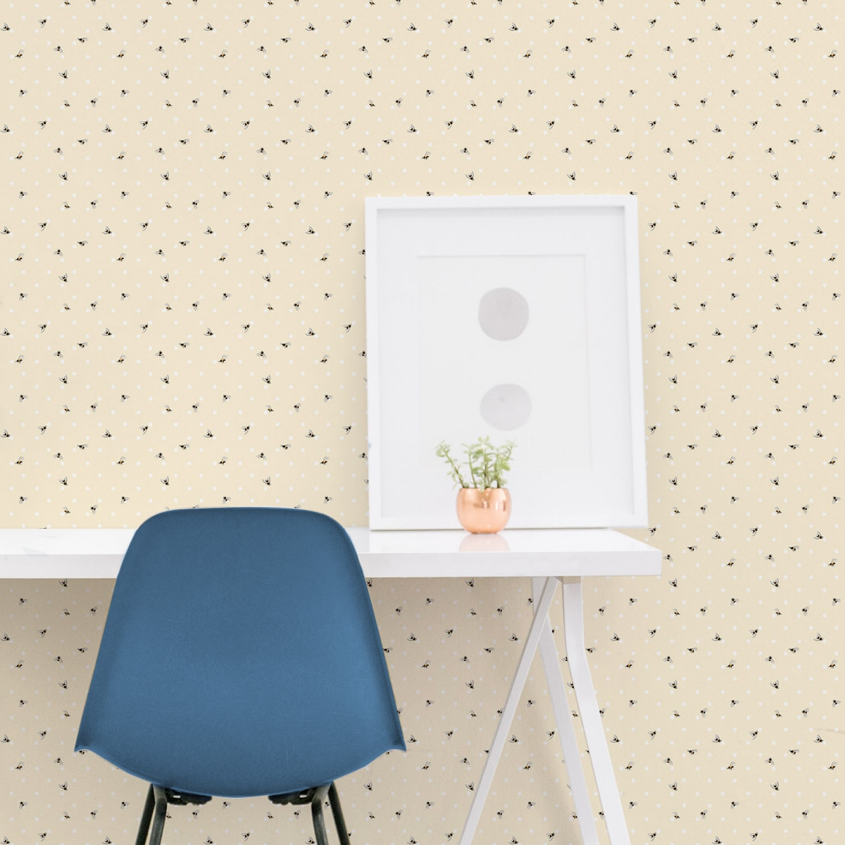 """Tapete für Büroräume gelb: Pünktchen Tapete """"Polka Bee"""" mit Bienen, vanille gelbe schöne Wandtapete für Flur, Büro"""