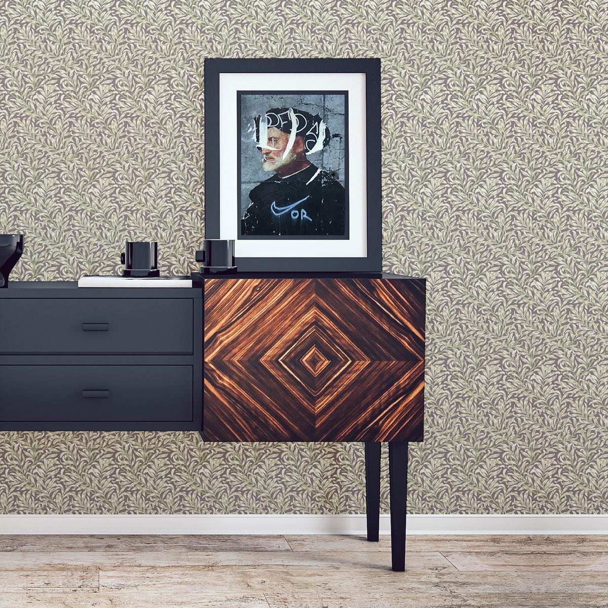"""Tapete für Büroräume dunkel braun: Vintage Jugendstil Tapete """"Wilde Weiden"""" nach William Morris, braune Vlies Tapete Blumen Natur, elegante Wanddeko für Flur, Büro"""