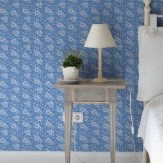 """Schlafzimmer tapezieren in mittelblau: """"Les fleurs du chateau"""" Klassische Blümchen Tapete, blau Vlies-Tapete für Schlafzimmer"""