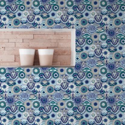 """Schlafzimmer tapezieren in mittelblau: Blüten Tapete """"Bauerngarten"""" im Folklore Stil, blaue Vlies-Tapete für Schlafzimmer"""