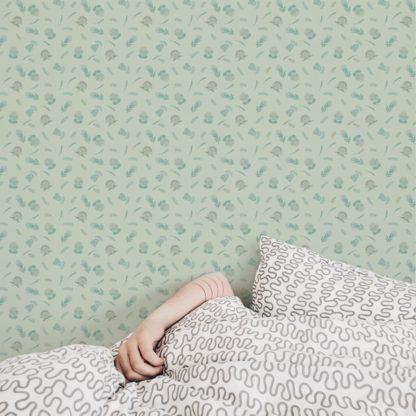 Schlafzimmer tapezieren in grün: Folklore Streublümchen Tapete mit kleinen Blüten, mint grüne Vlies-Tapete Blumen, exotische Wanddeko für Schlafzimmer