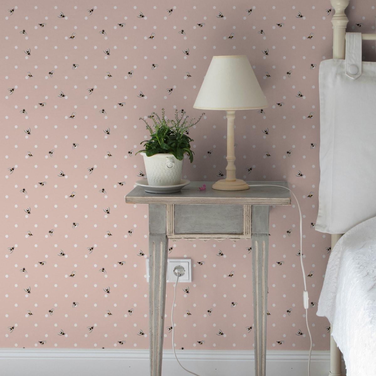 """Polka Dot Tapete """"Polka Bee"""" mit Bienen & Punkten, rosa Vlies-Tapete grafischer Wohnakzent für Wohnzimmer 3"""
