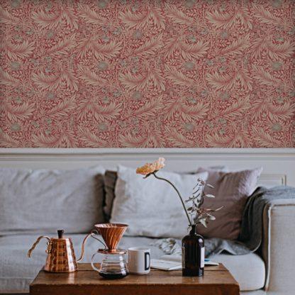 """Schlafzimmer tapezieren in grün: Feine Jugendstil Tapete """"Délice florale"""" nach William Morris, rote Tapete, großer Rapport für Schlafzimmer"""