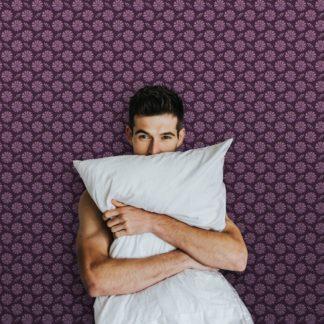"""Schlafzimmer tapezieren in violett: Klassische Blumentapete """"Blümchen Glück"""" mit Aquarell Look, lila Vlies Tapete Blumen, schöne Wanddeko für Schlafzimmer"""