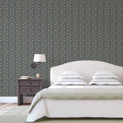 Tapete Wohnzimmer grau: Graue, exotische Streublümchen Tapete mit kleinen Blüten, graue Vliestapete für Wohnzimmer