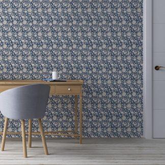 """Schlafzimmer tapezieren in mittelblau: Vintage Jugendstil Tapete """"Tulpen und Narzissen"""" nach William Morris, dunkel blaue Blumentapete für Schlafzimmer"""