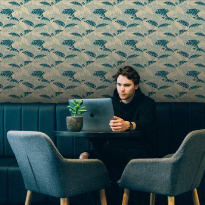 """Tapete Wohnzimmer grün: Moderne, mint grüne Tapete """"Wild Bananas"""" mit Blättern, Vlies Tapete üppige Blumentapete für Wohnzimmer"""